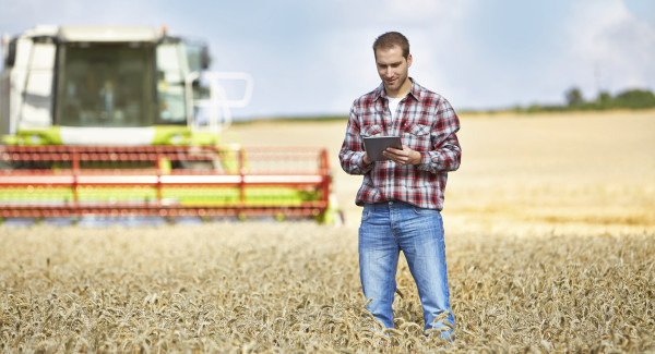Farmer-with-tablet